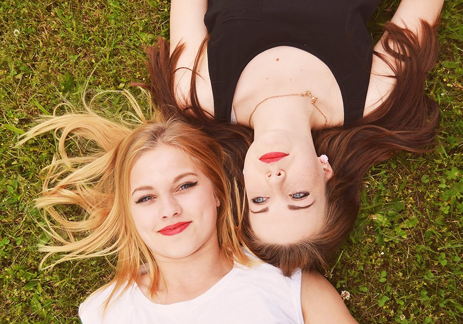 ragazze amiche bionda e bruna